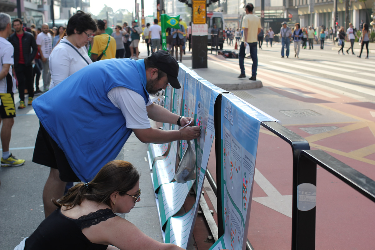 People vote on City of Dreams ideas at outdoor event in 2016. Paulista Av. Photo: João Lacerda.